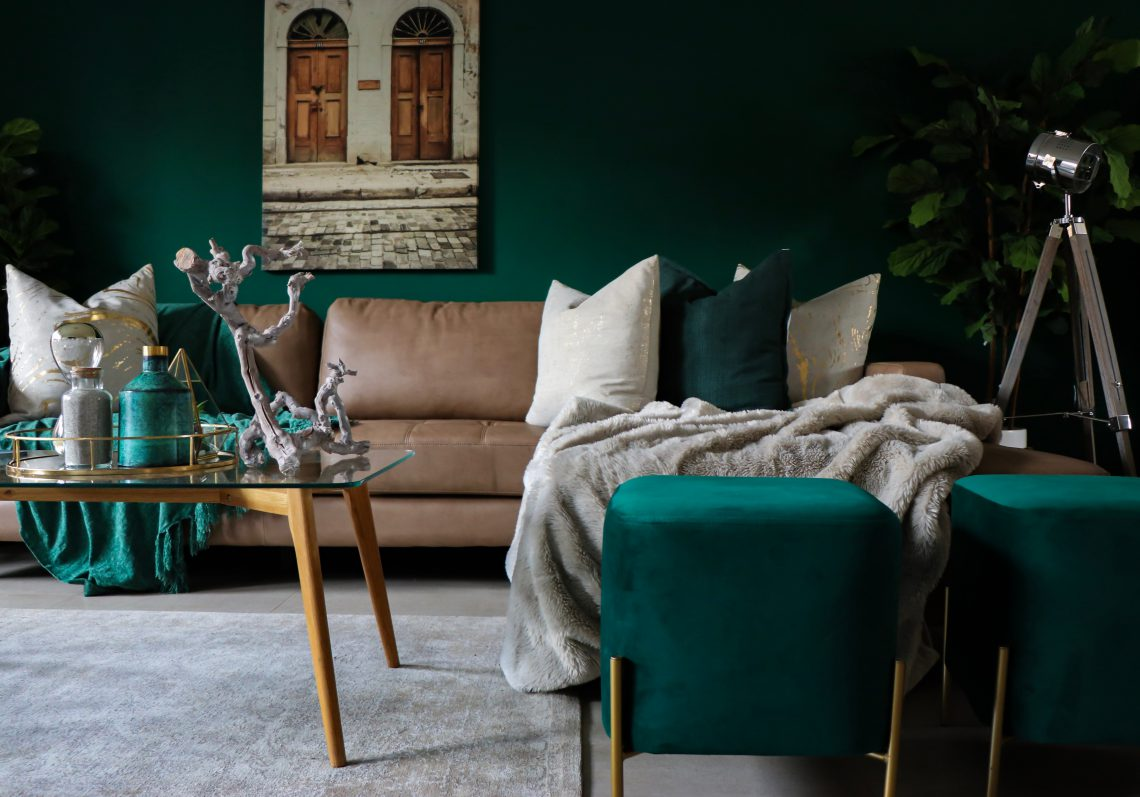 woonkamer met designbank, designtafel en designlamp.